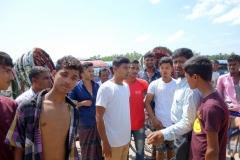 Piren från Maheskhali Gorakghata Ghat in till staden Gorakghata, Maheskhali island. Mannen i rutig skjorta till höger i bild pratade mycket bra engelska och försökte skydda mig mot Rickshaw-killarna. Jag tackade vänligt men bestämt nej till det beskyddet. Alla var jättetrevliga så jag såg inget behov av det.