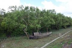 Övergiven båt vid piren ut till Maheskhali Gorakghata Ghat, Maheskhali island.