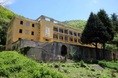 Övergiven byggnad i början av leden upp mot Mount Dajti.