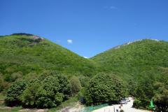Mount Tujanit till vänster och Mount Dajti till höger från utsiktsplatsen vid restaurang Ballkoni Dajtit.