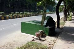 En grav som täcker delar av ena filen på en större väg i centrala Delhi.
