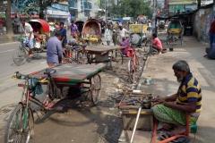 Gatuscen i Dhaka med lagning av punkteringar och diverse annat. Dessa gubbar är duktiga på att fixa och laga!