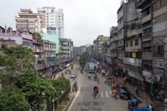 Gatuscen i centrala Dhaka med förvånansvärt lite trafik.