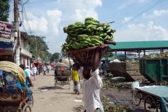 Bananleverans till marknad i old Dhaka.