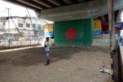 Fotboll under bropelare till bron som går över Buriganga river, old Dhaka.