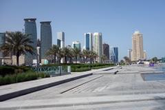 The Corniche med skyskraporna i stadsdelen West Bay i bakgrunden, Doha.