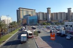 Utsikt från gångbron på väg till tunnelbanan från mitt hotell, Deira, Dubai.