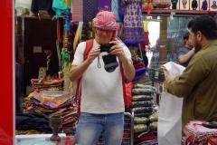 Stefan med aggressiv försäljare, Spice Souq, Deira, Dubai.