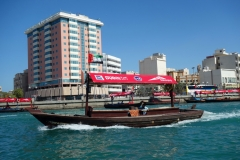 På Dubai Creek i båten på väg till Dubai Old Souq Marine Transport Station, Bur Dubai.