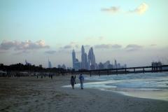 Jumeira Beach i riktning söderut vid Burj Al Arab, Dubai.
