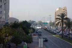 Utsikt från gångbron vid mitt hotell i västlig riktning med Burj Khalifa knappt synlig på grund av smog, Deira, Dubai.