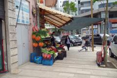 Fruktförsäljning på en trottoar i Durrës.