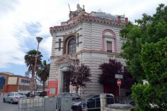 Vacker bankbyggnad i Durrës.