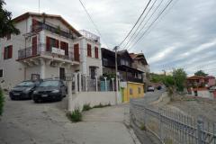 Del av stadens amfiteater från 100-talet till höger i bild, Durrës.