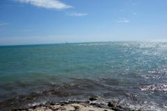 Vattnet längst inne vid stranden såg skitigt ut, Durrës.
