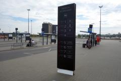 i väntan på bussen utanför Gdańsk Lech Wałęsa Airport.
