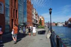 Gatuscen längs gågatan Rybackie Pobrzeże, gamla stan, Gdańsk.