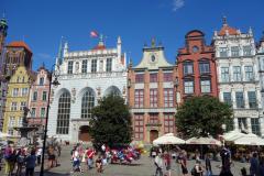 Neptunusfontänen och Artus Court (vita fasaden), Długi Targ-torget, gamla stan, Gdańsk.