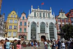 Artus Court (vita fasaden) med Neptunusfontänen i förgrunden, Długi Targ-torget, gamla stan, Gdańsk.