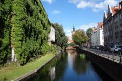 Kanał Raduni med St. Catherine's Church i bakgrunden, Gdańsk.