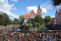 Kärlekslåsen på Most Chlebowy med St. Catherine's Church i bakgrunden, Gdańsk.