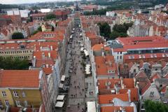 Utsikten från stadshuset i Gdańsk längs Długa-gatan i västlig riktning med  Gyllene Porten i sluten av gatan (längst upp i bild).