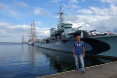 Stefan framför polska jagaren Błyskawica från andra världskriget, hamnen i Gdynia.