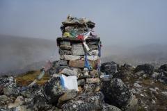 Monument till förolyckad Everest-klättrare mellan Lobuche och Gorak Shep.