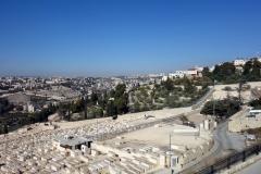 Utsikt över judiska gravar på Olivbergets sluttning med Maria Magdalena kyrka (Church of Mary Magdalene) med guldkupolerna längst ner i bild, Jerusalem.