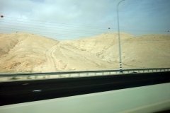 Naturen fångad från bilen längs Highway 1 ner mot Döda havet.