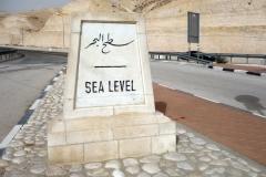 Skylt som visar att aktuell höjd motsvarar havsnivå. Highway 1 ner till Döda havet.
