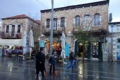 Arkitekturen längs en regnig Jaffa Street, Jerusalem.