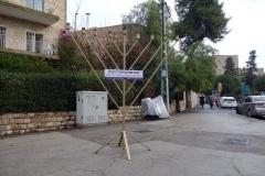 Jag passerade denna menorah som stod på trottoaren, Jerusalem.
