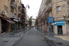 Promenaden från lägenheten i förorten till centrala Jerusalem. Gatorna är i stort sett tomma på grund av Shabbat.