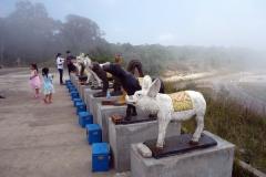 Dessa statyer ligger vid Lok Yeay Mao Monument, Preah Monivong Bokor National Park, Kampot province.