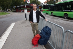 Stefan på busstationen i Nyköping inför det stora äventyret i Nepal.
