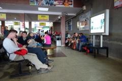 Uppgivna passagerare i väntan på avgångar till Lukla. Inrikesterminalen på Tribhuvan airport, Katmandu.