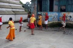 Skolbarn som spelar fotboll, Pashupatinath tempelkomplex, Katmandu.