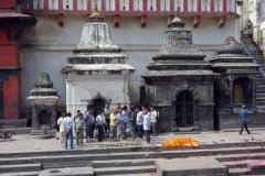 Förberedelse för kremering, Pashupatinath tempelkomplex, Katmandu.