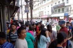 Gatuscen längs gatan Sukra Path i centrala Katmandu.