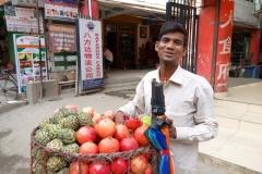 Glad fruktförsäljare i stadsdelen Thamel, Katmandu.