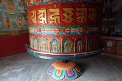Bönehjul i en av de stupas som ligger vid entrén till Swayambhunath-templet, Katmandu.