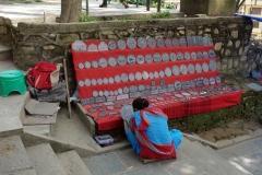 Vackra souvenirer till salu på vägen upp till Swayambhunath-templet, Katmandu.