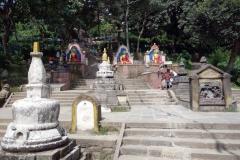 Buddha-statyer och stupas på vägen upp till Swayambhunath-templet, Katmandu.