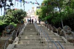 Den långa trappan upp till Swayambhunath-templet, Katmandu.