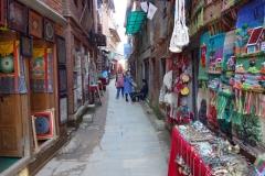Gränd fullproppad med affärer som säljer souvenirer i gamla staden, Bhaktapur.