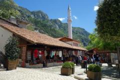 Början på marknadsgatan genom den gamla delen av Kruja. Marknaden har över 600 år på nacken!