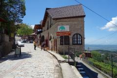 Marknadsgatan den sista biten upp mot Skanderbegs slott, Kruja.