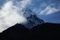 Ama Dablam (6812 m) reser sig över Dingboche vid soluppgången.