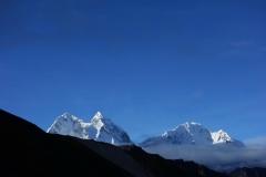 Kantega (6782 m) och Thamserku (6623 m) från Dingboche vid soluppgången.